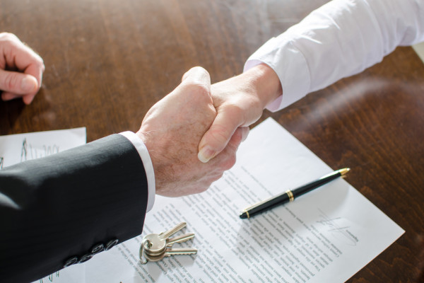 handshake-keys-contract-commercial-real-estate